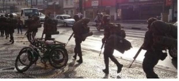 Militares do exército na rua em 26 de abril