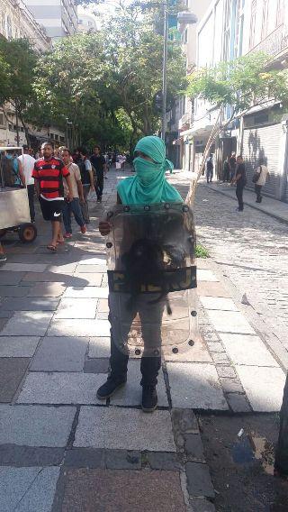 manifestante com escudo do choque rj
