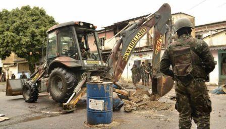 militar retirando barricada